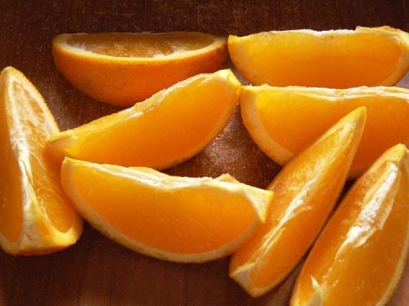 апельсины порезать