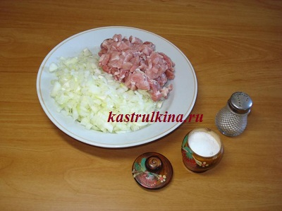 режем мясо и лук