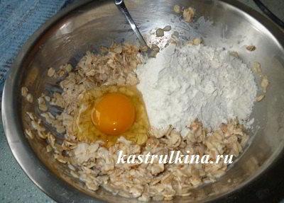 добавить к овсяным хлопьям муку и яйцо