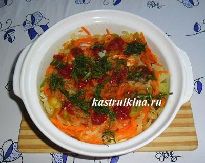 добавить томатную пасту и зелень