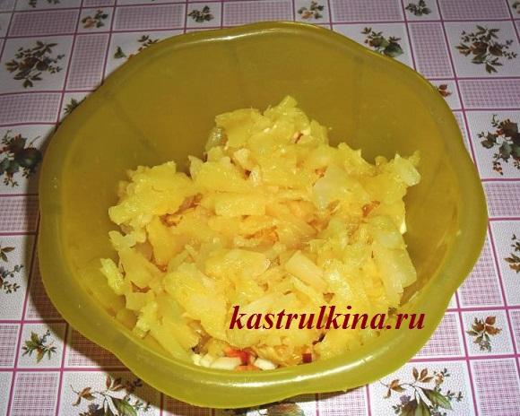 добавляем ананасы для фруктовой начинки