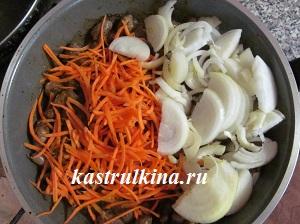 добавляем в куриные сердца морковку и лук