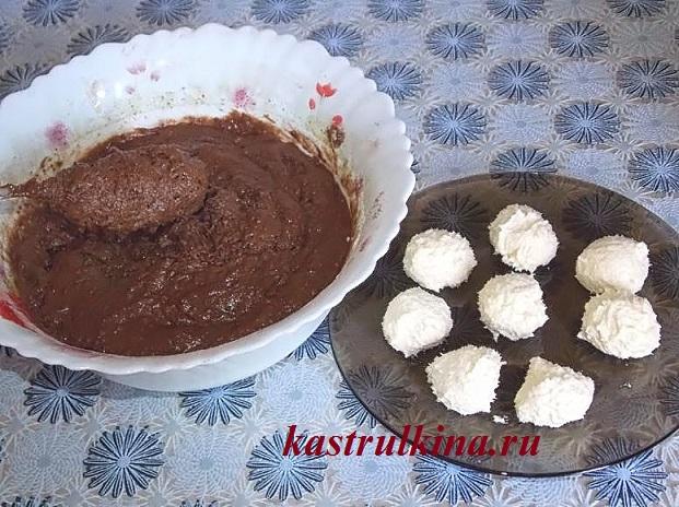 добавляем в шоколадный пирог муку и замешиваем тесто