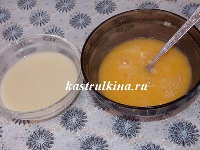 добавляем в тесто сыворотку с дрожжами