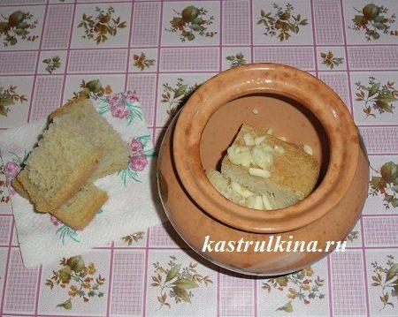 добавьте в горшочки хлеб и чеснок