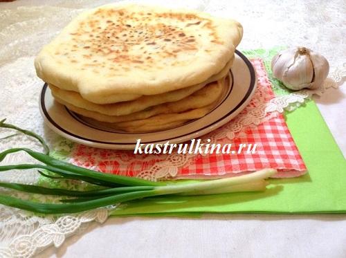 Домашние лепешки-хачапури с зеленым луком и семечками