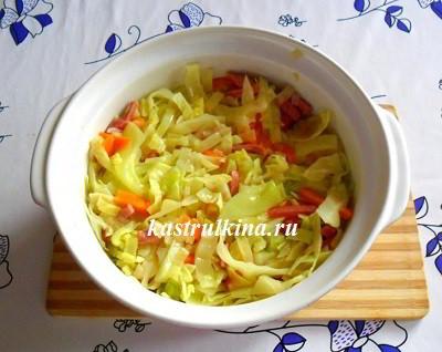 перемешать капусту с колбасой