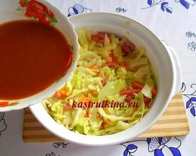 залить капусту виннотоматным соусом