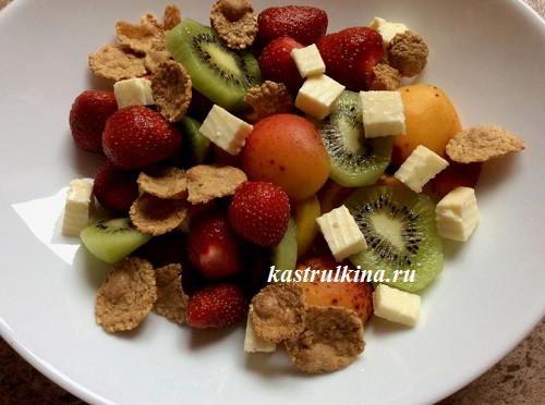 фруктовый салат с ягодами