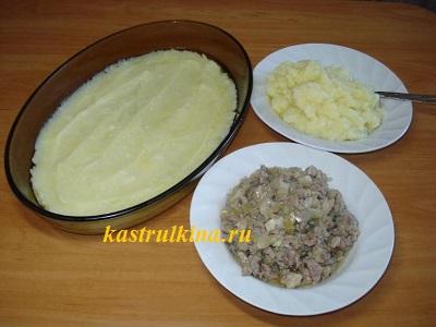 готовим запеканку - укладываем картошку и мясо слоями