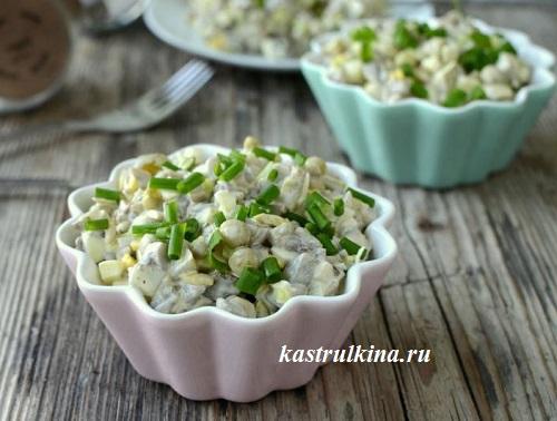 Грибной салат с солеными огурцами и горошком