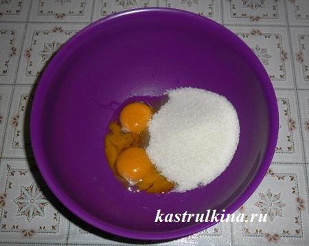 желтки для теста растираем с сахаром