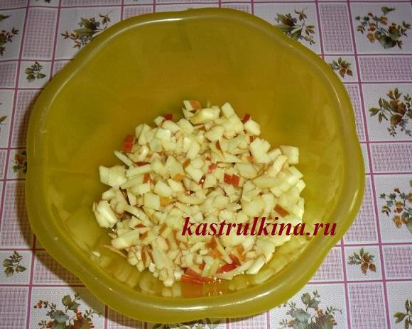 режем яблоки для фруктовой начинки
