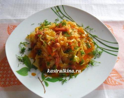 Тушеная капуста с колбасой в винно-томатном соусе (рецепт для микроволновки)