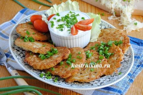 картофельные оладьи с квашенной капустой