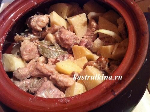 Картошка с тушенкой в горшочке рецепт 131