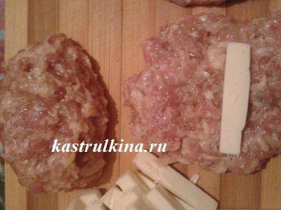 кладем сыр внутрь котлет