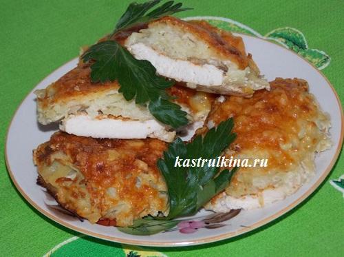 Куриное филе, запеченное под тертым картофелем и сыром