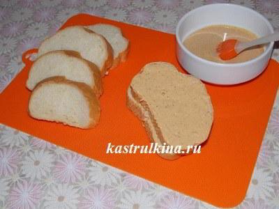 намазать хлеб смесью горчицы и кетчупа