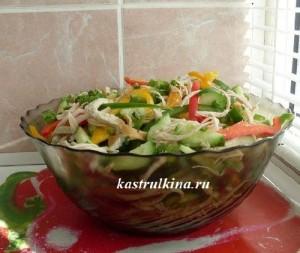 низкокалорийный салат с курицей омлетом и болгарским перцем