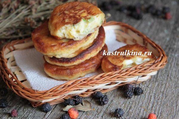 оладьи с луком и вареным яйцом