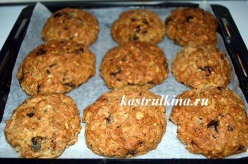 овсяное печенье с шоколадом и черносливом готово