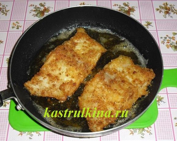 обжарьте рыбу на сковороде до полуготовности