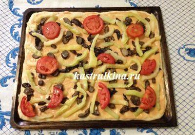 кладем помидоры в пиццу