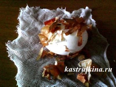 положить яйцо на марлю