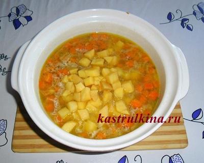 положите картошку в суп