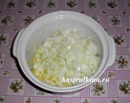 порежьте лук и положите его в кастрюлю с маслом