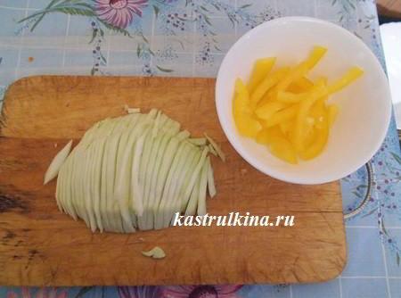 порезать болгарский перец и капусту