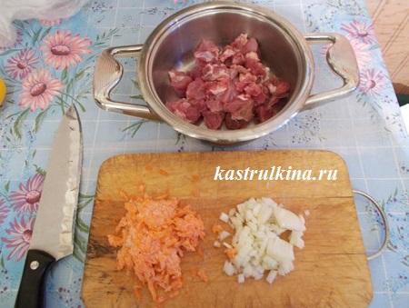 порезать свинину, морковку и лук
