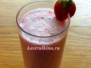клубничный коктейль из молока и мороженого