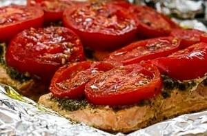 Горбуша с томатами и соусом песто, запеченная в фольге