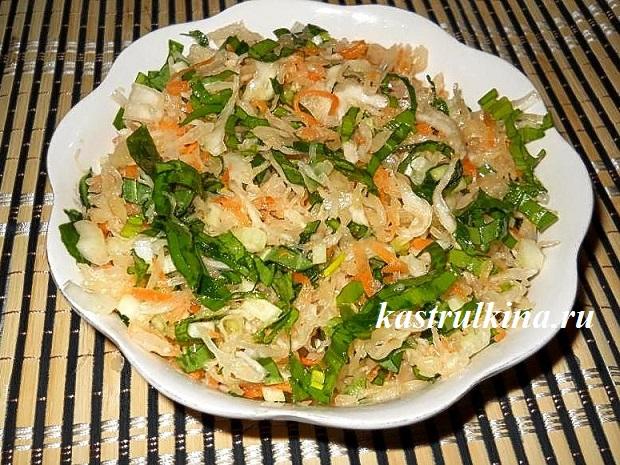 Витаминный салат с черемшой и сельдереем