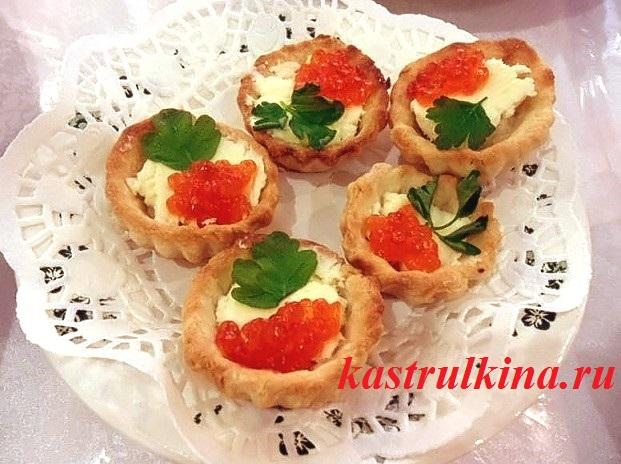 Праздничная закуска — тарталетки с селедочным маслом и красной икрой