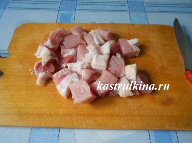 режем свинину небольшими кусочками