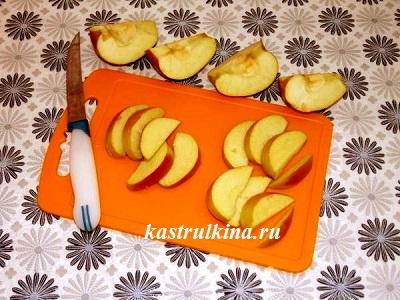 режем яблоки для пирога