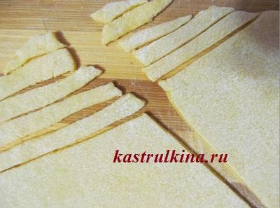режем тесто на лапшу