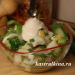 салат из кальмаров и зелени