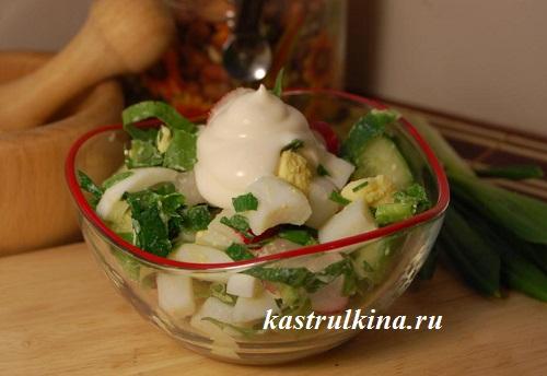 Весенний салат из вареных кальмаров с зеленью