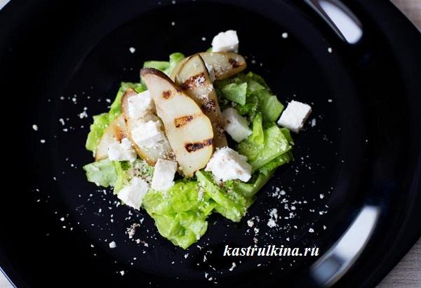 салат из жареной груши с брынзой и орехами