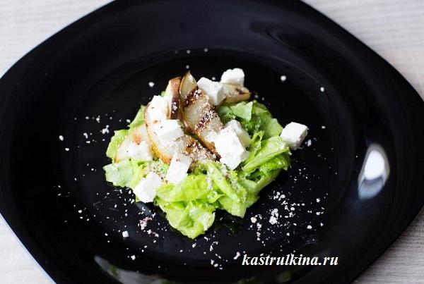 Салат из жареной груши с брынзой