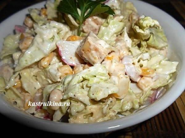 Салат с куриным филе и крабовыми палочками
