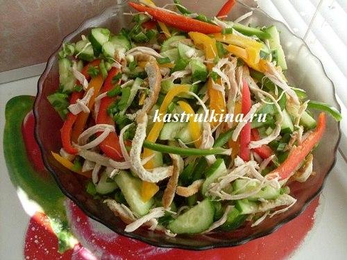 низкокалорийный салат с курицей, омлетом и сладким перцем