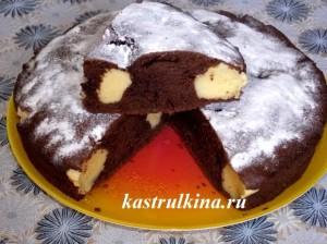 шоколадный бисквитный пирог с творожными шариками фото