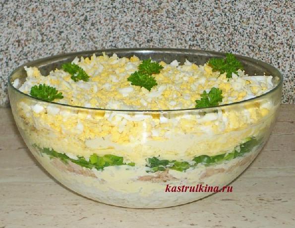 Слоеный салат с тунцом и рисом