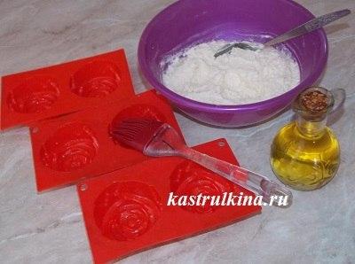 смазать маслом силиконовые формочки