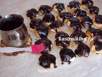 смазываем пирожные шоколадной глазурью